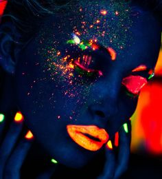 Neon Make-up, black light photography Uv Makeup, Beauty Makeup, Kryolan Makeup, Dark Makeup, Makeup Art, Pintura Facial Neon, Black Light Makeup, Tinta Neon, Maybelline