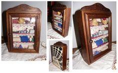 Vitrine miniature - Armoire lingère en bois. Vitre plexiglas. Chapeau de gendarme sur le haut. Largeur 15,4 cm hauteur 23 cm profondeur 5cm poids 0,424 kg. A poser ou à accrocher - 17755241