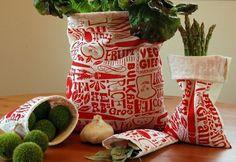 Remplacez les sacs plastiques par des sacs en tissu : Remplacez les sacs plastiques par des sacs en tissu Réutilisables à l'envi mais surtout : on peut les laver. Si le sac devient trop sale, pas besoin de le jeter, il suffit de le passer à la machine pour qu'il soit comme neuf.