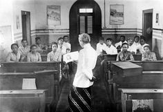 Aktivitas belajar mengajar di Perguruan Taman Siswa.