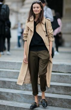 Trench beige + pull noir + pantalon kaki : 3 couleurs qui vont bien ensemble. Le look à copier >> http://www.taaora.fr/blog/post/look-casual-chic-trench-long-fluide-beige-pantalon-droit-kaki-pull-noir