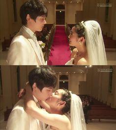 """Cura: """"Pueden besarse""""- Naoki la toma de los hombros. Kotoko comienza a sonreir: """"Irie-kun, tú me amaste desde hace tiempo, ¿no?"""". Naoki: """"¿Qué?""""- soltándola- """"¿Te estás dejando llevar?"""". Kotoko: """"He oído acerca de nuestro segundo beso""""- Naoki se sorprende- """"Yuki-kun me lo dijo en secreto"""". Naoki mirando hacia su hermano: """"¡Ese Yuki!"""". Kotoko: """"Estabas enamorado de mí también""""- se lanza a su cuello y lo besa, sorprendiendo por completo a su esposo - Itazura na Kiss Love in Tokyo Episodio 16"""