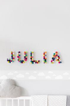 Das kann jede Mama! Der Name Eures Babys als Wanddeko über dem Babybett macht jedes Kinderzimmer zum persönlichen Highlight Eurer Kleinen. Wir zeigen Euch wie einfach ihr mit wenigen Mitteln diese super süße Kinderzimmer Deko selber basteln könnt. EInfach unser Tutorial Video ansehen und los gehts! // DIY Basteln Kinder Baby Name Filzkugeln Buchstaben Holzbuchstaben Babyzimmer Namensschild Initialen