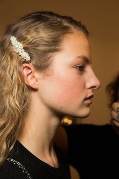 Simone Rocha Spring 2018 Ready-to-Wear Beauty Photos - Vogue Beauty Kit, Beauty Hacks, New Girl, Putting On Makeup, Barrettes, Lady, Beauty Regimen, Oily Hair, Pearl Hair