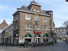 Net als in elke wijk van Maastricht, ligt in het Kommelkwartier ook een gezellige, bruine kroeg, Café de Poort genaamd.