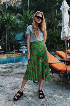 nyc summer outfits t-shirt printed midi skirt