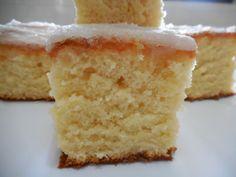 INGREDIENTES MASSA 2 xícaras de farinha de trigo 1 e 1/2 xícaras de açúcar 3/4 de xícara de leite 3 ovos 4 colheres (sopa) de manteiga ou margarina 1 colher (sopa) de fermento em pó 1 colher (sopa) de raspas da casca de limão CALDA 1 xícara de açúcar 4 colheres (sopa) de suco de limão MODO DE PREPARO Bater as claras em neve.Reservar. Bater:gemas,açúcar e manteiga ou margarina até clarear. Juntar a farinha de trigo e o leite,bater bem.Desligar a batedeira e misturar as raspas de li