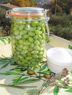 Nous sommes en pleine saison pour les conserves d'olives vertes , profitez-en Recette simple et naturelle, il faut juste une peu de patience et ne pas oublier de changer l'eau de rinçage tous les jours Olives vertes aromatisées - mettre vos olives dans...