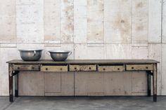 Tavolo in legno proveniente da una vecchia osteria lombarda, da una ricerca risulta essere uguale ai tavoli…