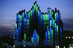 Le Tapis Magique, un des plus beaux pavillons du Futuroscope à la nuit tombée.