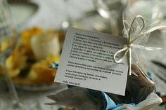 Decoração para Páscoa com pequena oração em um pão de mel à mesa