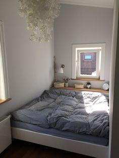 Das ist nun unser Bett im Minischlafzimmer! Das Bett ist 1,70 breit, 30 cm mehr als im alten Zimmer, dafür ist das Zimmer kleiner, aber hoch. Ich freu mich, dass es fertig ist :smile: