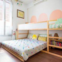 Hochbett und Doppelbett im geteilten Kinderzimmer. Platzsparend für kleine Kinderzimmer für zwei oder drei Kinder.