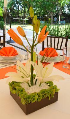 #Bodas Centro de mesa blanco con naranja Quinta Pavo Real del Rincón www.pavorealdelrincon.com.mx