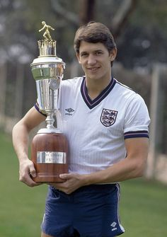 England footballer Gary Lineker with his PFA Player of the Year Award in Barcelona circa March 1987 England Football Players, England National Football Team, National Football Teams, World Football, Football Kits, Leicester City Football, Ronaldo Soccer, Liverpool Soccer, England International