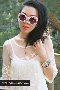 """DIY floral sunglasses I'd opt for """"accent"""" flowers rather than surrounding the lens in flowers but what a cute idea! Cute Sunglasses, Mirrored Sunglasses, Hippie Crafts, Clothes Crafts, Summer Essentials, Embroidered Flowers, Diy Fashion, Hair Accessories, Creativity"""