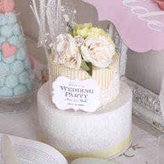 ガーデンウエディングにもぴったりな明るくフレッシュなウェディングケーキ型ウェルカムボード。可愛いイエローストライプ&上質なホワイトダマスク調生地の土台から丁寧に手作りした、布の風合いが優しいカルトナージュのウェルカムケーキです。ウェルカムスペースを、明るく可愛く彩って♡