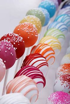 I could decorate my room (or kitchen) with these cake pops, they're so pretty.