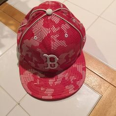 """OFFICAL MLB BOSTON RED SOX 7 5/8 fitted flat bill ⚾️⚾️⚾️ genuine, official Boston Red Sox MLB 7 5/8"""" fitted Flatbill baseball hat! Perfect condition! No stains, rips, tears, fading, sweat stains, absolutely perfect condition! New era 59 FIFTY FROM LIDS! Perfect gift for the avid Boston Red Sox fan! ⚾️⚾️⚾️ MLB Accessories Hats"""