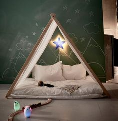 By school are suddenly a lot more activity on the plan, so it is important that the children also have a place for to-rest Come have such. As this tent indoors. Here with SMILA STJÄRNA wall light in blue.