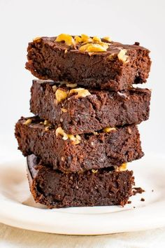 These are the best flourless black bean brownies! No one will be able to tell that theyre made with beans and natural maple syrup. The post Fudgy Maple Flourless Black Bean Brownies appeared first on Daisy Dessert. Gourmet Recipes, Baking Recipes, Dessert Recipes, Zone Recipes, Oreo Dessert, Drink Recipes, Dinner Recipes, Healthy Treats, Healthy Desserts