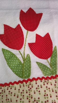Técnica Fácil para Fazer PatchAplique no Pano de Prato/Copa com Recorte sem ter Experiência Applique Towels, Hand Applique, Applique Patterns, Applique Quilts, Applique Designs, Embroidery Applique, Embroidery Designs, Patch Quilt, Quilt Blocks