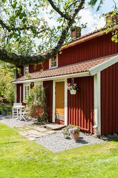 swedish cottage Scandinavian Cottage, Swedish Cottage, Red Cottage, Cozy Cottage, Garden Cottage, Home And Garden, Sweden House, Red Houses, Small Cottages
