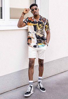 Abraham liebt ausgefallene Hemden. Er trägt ein cooles, gemustertes Hemd und kombiniert es mit weißen Shorts. Hippe Sneaker und hohe Socken dürfen natürlich nicht fehlen. Ein stylisher Look für den Sommer. X Men, Sneaker, Outfits, Style, Fashion, White Shorts, Swag, Moda, Slippers