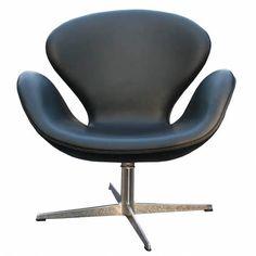 Fåtöljen Svanen är formgiven av Arne Jacobsen för Royal Hotel i Köpenhamn och tillhör en av Jacobsens absoluta succéer. Svanen lanserades 1958 och var med sina kurvor och helt avsaknad av raka linjer en tekniskt innovation.