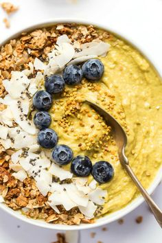 This ENERGIZING Mango Smoothie Bowl is made with fruits, veggies and superfoods to give you a natural boost of energy in the morning!