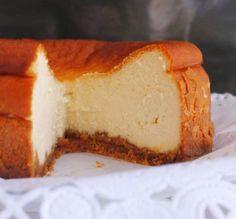 Tarta de Queso Clásica 3.86 (77.14%) 7 votes LaTarta de Queso Clásica La tarta de queso es uno de los postres mas tradicionales y deliciosos que conocemos, porque es un postre que no es muy dulce y su textura es muy esponjosa, es realmente muy difícil que conozcamos a alguien que no le guste comerse un pedacito de una tarta de queso, por eso hoy hemos decido compartir con ustedes esta fantástica receta de tarta de queso. Esta es una receta tarta de queso muy simples y rápida de hacer. Ya…