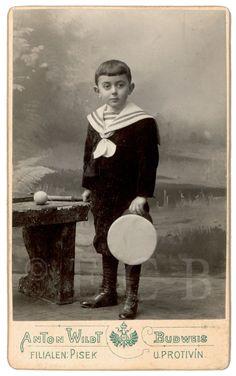 Fotografie: podobenka z ateliéru Wildt, počátek 20. století; ze sbírek Jihočeského muzea v Českých Budějovicích.