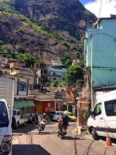 O vai e vem constante dos mototáxis na entrada do Morro do Vidigal, onde fica a comunidade (favela), depois da trilha ao Morro Dois Irmãos, no Rio de Janeiro - Viaja Bi! - Foto: Jeff Slaid