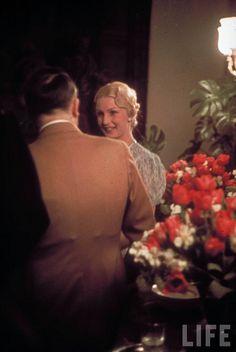 """Allemagne, Berlin, Adolf Hitler et Inge Ley, épouse du """"Reichsleiter"""" Robert Ley, en pleine discussion à la chancellerie du Reich"""
