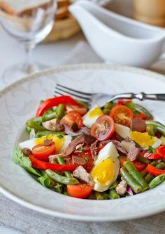 Это один из классических рыбных салатов, поэтому во Вкусном Блоге он просто обязан быть. К тому же, он очень и очень вкусный.Этот средиземноморский салат имеет далеко не один вариант приготовления - часть ингредиентов вариабельны. Но обязательными являются анчоусы, зеленый салат, оливки, помидоры и заправка винегрет на основе оливкового масла. И еще тунец (чаще всего консервированный [...]