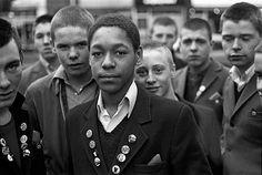 Rude Boys at Hounslow Bus Garage, West London in Photo by Derek Ridgers. Mode Skinhead, Chica Skinhead, Skinhead Reggae, Skinhead Girl, Skinhead Fashion, Skinhead Style, Acid House, Moda Masculina, Ska