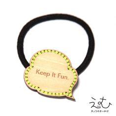 吹き出しモチーフにチクチクステッチをしています。『Keep It Fun.』は日本語で『楽しもう』TOPサイズ:38×32mmカラー(シナベニヤ):素材のままナチュラルカラー。カラー(糸):蛍光イエロー※糸の色の希望がございましたらお気軽にご相談ください。