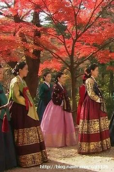 Yi San (Hangul: 이산; hanja: 李祘), also known as Lee San: The Wind of the Palace, is a 2007 South Korean historical drama, starring Lee Seo-jin and Han Ji-min. It aired onMBC from September 17, 2007 to June 16, 2008 on Mondays and Tuesdays 정순왕후 김여진 혜경궁 홍씨 견미리