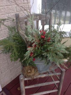 Vieille chaudière Cabin Christmas Decor, Primitive Christmas Decorating, Christmas Planters, Country Christmas Decorations, Christmas Porch, Farmhouse Christmas Decor, Rustic Christmas, Xmas Decorations, Christmas Projects