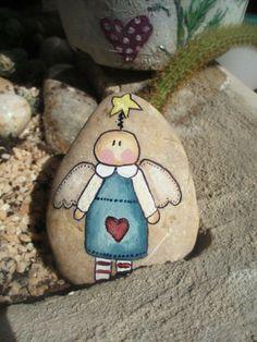 painted rock Pebble Painting, Pebble Art, Stone Painting, Rock Painting, Painted Rocks Craft, Hand Painted Rocks, Sea Glass Mosaic, Rock Crafts, Stone Crafts