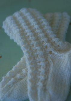 Talo Ahonlaidalla: Pienet sukat pienelle tytölle Knitting Socks, Barn, Fashion, Winter Tights, Knit Socks, Moda, Converted Barn, Fashion Styles, Fashion Illustrations