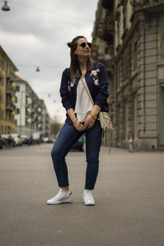 How to wear a floral bomber jacket, spring look Floral Bomber Jacket, Ruffle Shirt, Me Tv, Summer Fashion Outfits, Spring Looks, Adidas Stan Smith, Sneakers Fashion, Normcore, Street Style