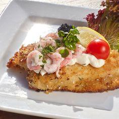 """<em>""""Intet smørrebrød uden en veltilberedt fiskefilet. Vores er den mest populære i genren, og vi anbefaler den meget kraftigt""""</em> <ul> <li><span style=""""color: #ffffff;"""">Håndskåret & Pandestegt Rødspættefilet på Salatblad</span></li> <li><span style=""""color: #ffffff;"""">Mayonnaise</span></li> <li><span style=""""color: #ffffff;"""">Håndpillede Rejer</span></li> <li><span style=""""color: #ffffff;"""">Stenbiderrogn.</span></li> </ul>"""
