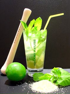 Le Chartreus'ito : Ecrasez et mélangez 1/4 de citron vert et de sirop sucre de canne dans un verre tumbler, ajoutez 10 feuilles de menthe fraîche, des glaçons et 3 cl de Chartreuse verte. Remplir le verre d'eau gazeuse, mélangez et servir avec une paille.
