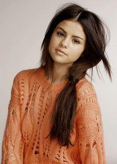Selena Gomez in an oversized sweater Selena Selena, Selena Gomez Cute, Estilo Selena Gomez, Selena Gomez Daily, Selena Gomez Style, Selena Gomez Adidas, Alex Russo, Selena Gomez Photoshoot, Selena Gomez Wallpaper