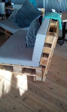 Palletbank Palletbank The post Palletbank appeared first on Pallet Diy. Pallet Patio Furniture, Furniture Projects, Diy Furniture, Diy Pallet Sofa, Pallet Walls, Furniture Plans, Pallet Bank, Pallet Lounge, Pallet Seating