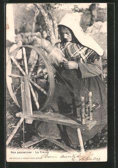 old postcard: AK Nos Paysannes, La Fileuse, Französin am Spinnrad