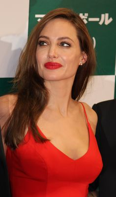 Angelina Jolie - Red Dress Candids at Moneyball Premiere in Tokyo Angelina Jolie Makeup, Angelina Joile, Angelina Jolie Photos, Jolie Pitt, Le Jolie, Hollywood Heroines, Hollywood Actresses, Beautiful Celebrities, Beautiful Actresses