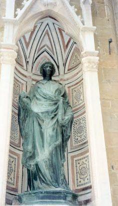 Florence - statue in Piazzale degli Uffizi  photo: Robert Bovington 2000 https://plus.google.com/+RobertBovington/photos