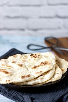This tasty, light and fluffy easy naan bread recipe is ready in just 15 minutes with 4 ingredients! Easily vegan, gluten-free and a quick yeast free bread. Once you make these easy naan breads, I'm Naan Bread Recipe No Yogurt, Easy Naan Recipe, Homemade Naan Bread, Recipes With Naan Bread, Yogurt Recipes, Naan Sans Gluten, Sin Gluten, Gluten Free, Yeast Free Breads
